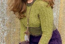 Двухцветное вязаное платье спицами с косами